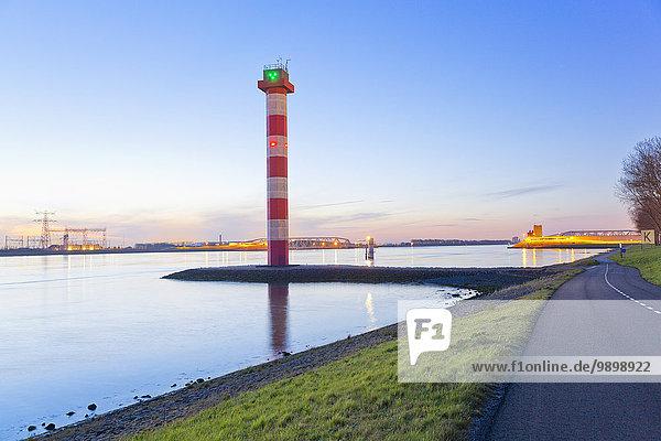 Niederlande  Leuchtturm und Hafeneinfahrt von Rotterdam am Abend