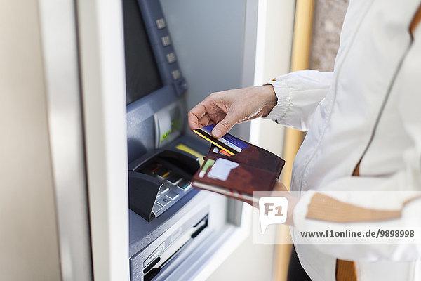 Frau bei Geldautomat