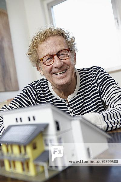 Senior Mann bei der Planung eines Wohnhauses