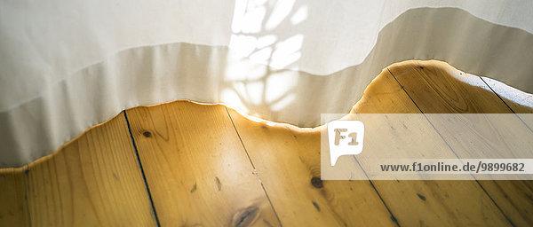 Morgensonne auf weißem Vorhang