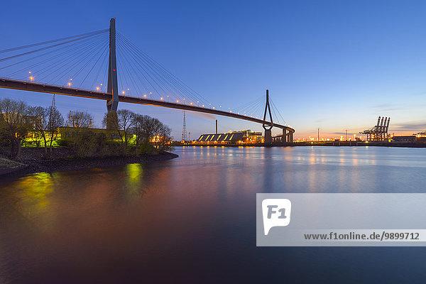 Deutschland  Hamburg  Blick zum Hafen und beleuchtete Koehlbrandbrücke bei Dämmerung