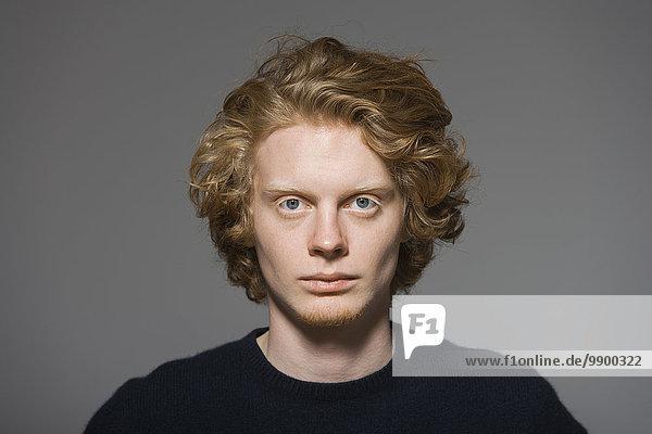Porträt eines ernsthaft aussehenden jungen Mannes