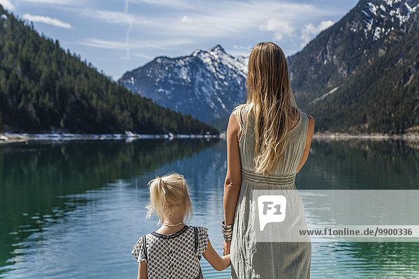 Österreich  Tirol  Plansee  Mutter und Tochter am Seeufer