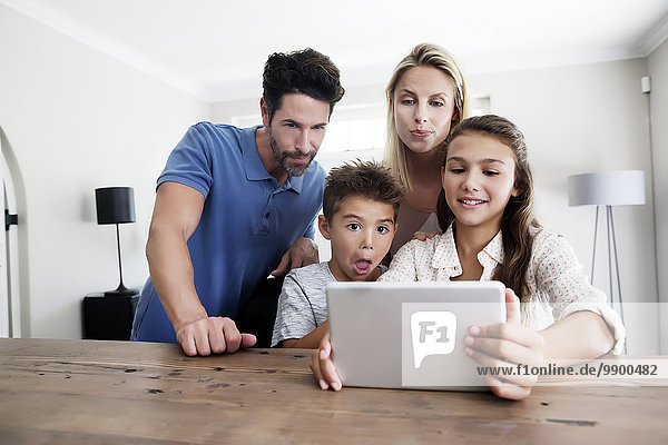 Familie mit digitalem Tablett