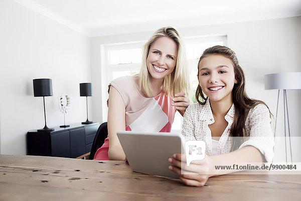 Mutter und Tochter mit digitaler Tablette