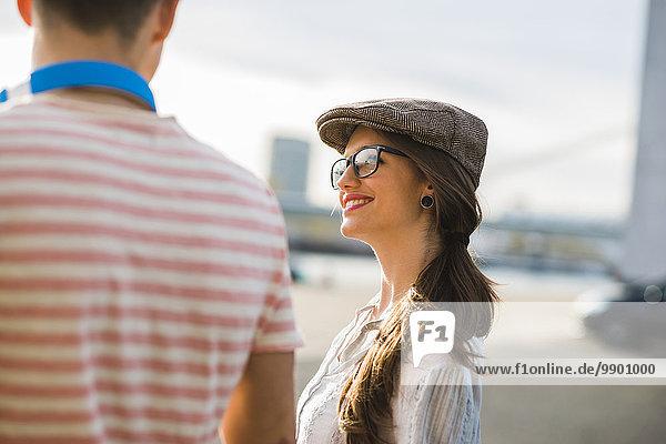 Lächelnde junge Frau schaut den Mann an