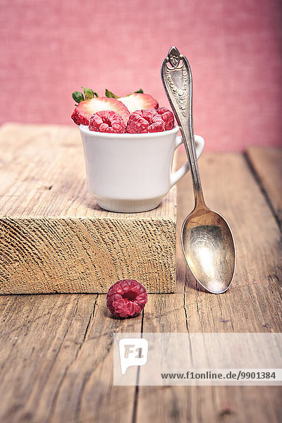 Dessert mit Himbeeren und Erdbeeren