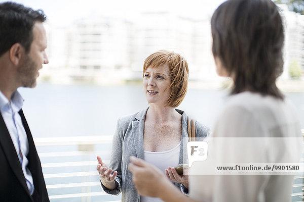 Geschäftskollegen treffen sich außerhalb des Büros