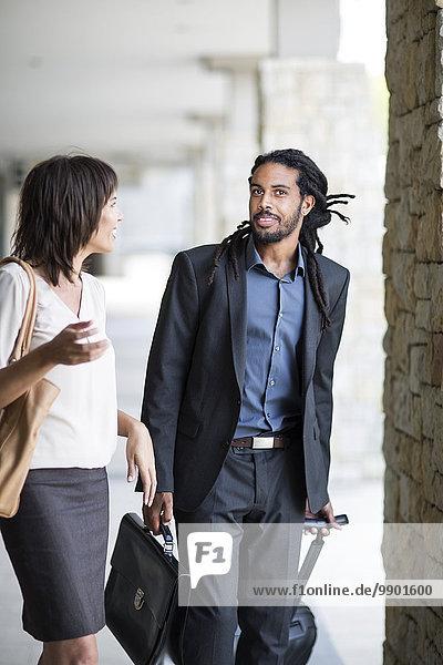 Geschäftsmann und Frau auf Geschäftsreise