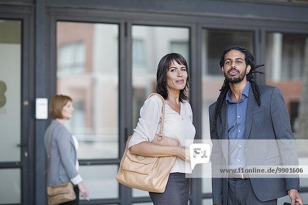 Reisende Geschäftsleute  die anreisen und nach dem Weg suchen