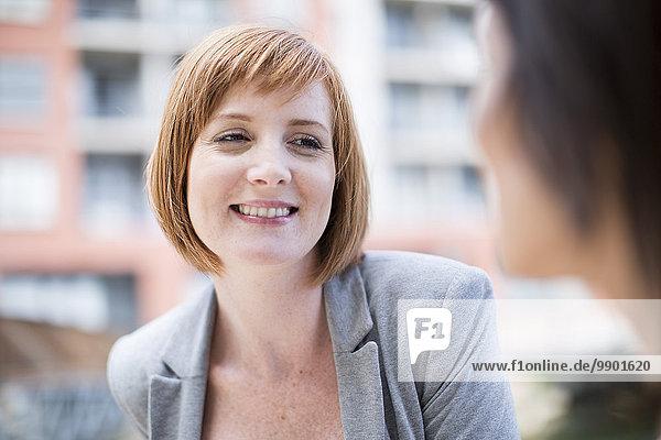 Geschäftsfrauen beim Pausieren  Reden