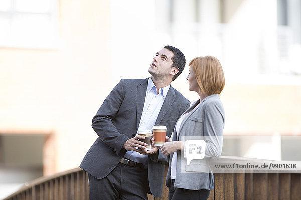Geschäftsleute  die eine Pause einlegen  Kaffee trinken