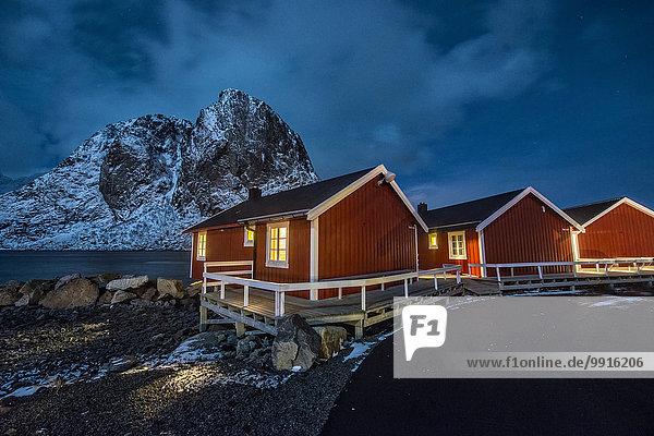 Rote Fischerhütten bei Nacht  Hamnøy  Lofoten  Norwegen  Europa