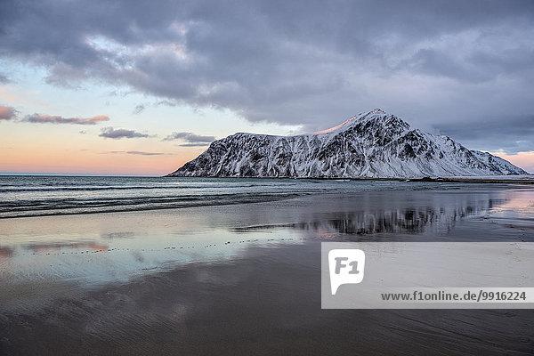 Strand  Berg  Skagsanden  Lofoten  Norwegen  Europa