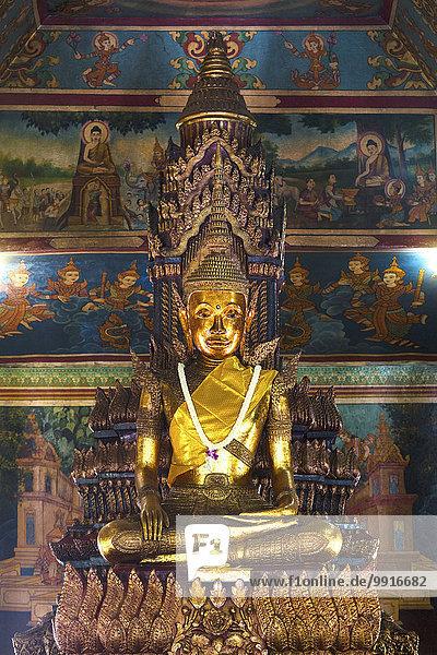 Bronzestatue  Buddha Statue im Tempel Phnom Penh  Kambodscha  Asien