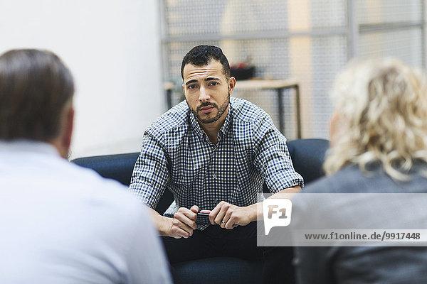 Porträt eines selbstbewussten Geschäftsmannes mit Kollegen in der Bürolobby