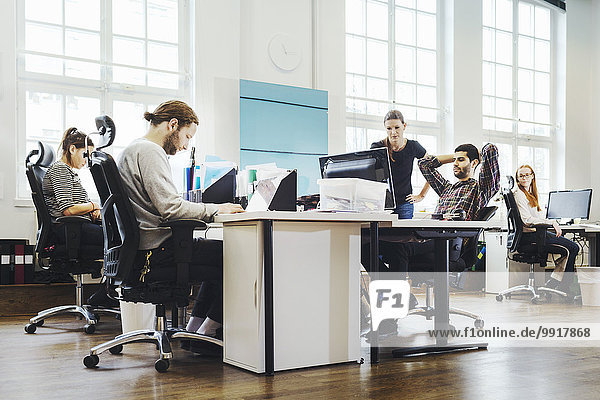 Kreative Geschäftsleute  die im Büro arbeiten