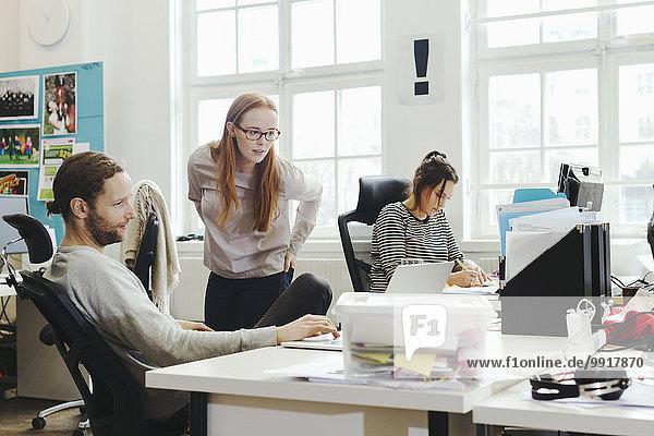 Kreative Geschäftsleute am Schreibtisch im Büro