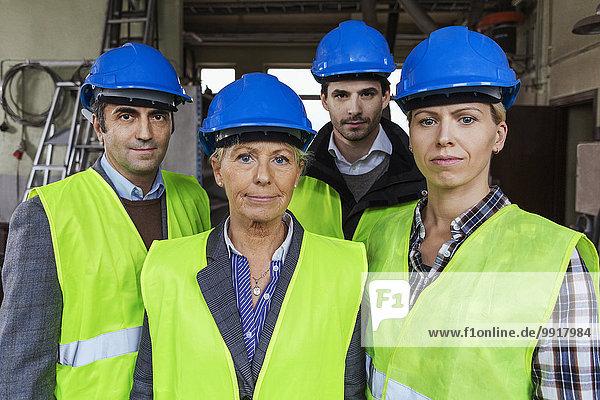 Team von Handwerkern in Arbeitsschutzkleidung in der Fabrik