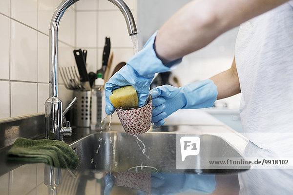 Mittelteil des Frauenwaschglases mit Scheuerschwamm am Spülbecken