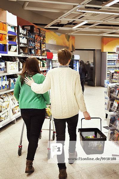 Rückansicht des Paares im Supermarkt