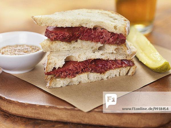 Studioaufnahme Sandwich Rindfleisch Rind Senf