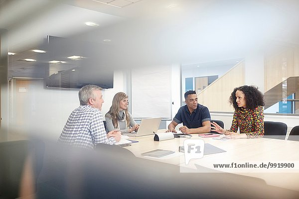 Business Team Meeting am Konferenztisch