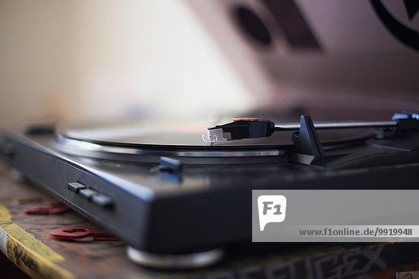 Nahaufnahme des Plattenspielers beim Abspielen einer Schallplatte