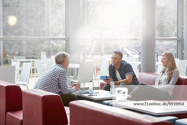 Treffen von Geschäftsleuten auf Bürosofas