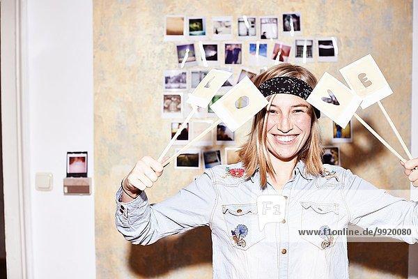 Junge Frau vor der Fotowand mit Liebeszeichen