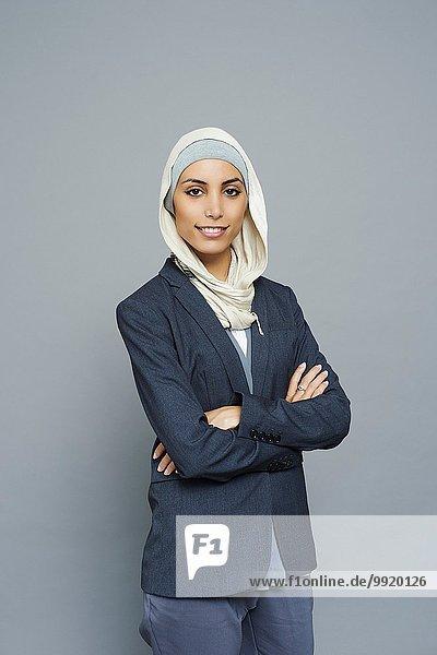 Atelierporträt einer jungen Geschäftsfrau mit Hijab