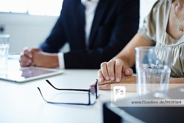 Nahaufnahme von Geschäftsmann und Frau am Konferenztisch