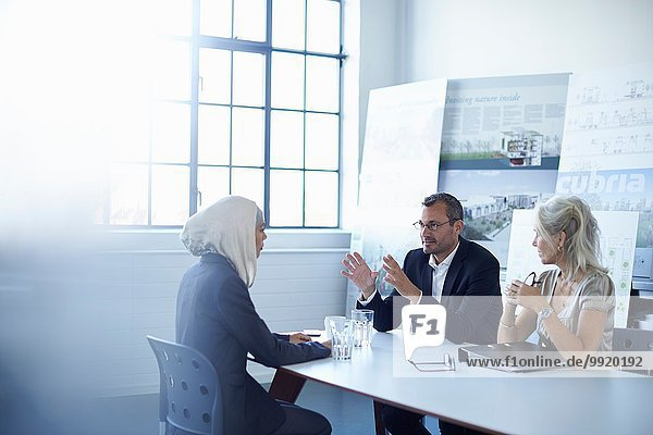 Geschäftsteam diskutiert Präsentationsideen im Konferenzraum
