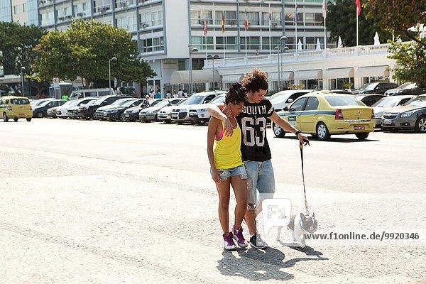 Junges Paar mit Hund auf dem Bürgersteig  Copacabana  Rio De Janeiro  Brasilien