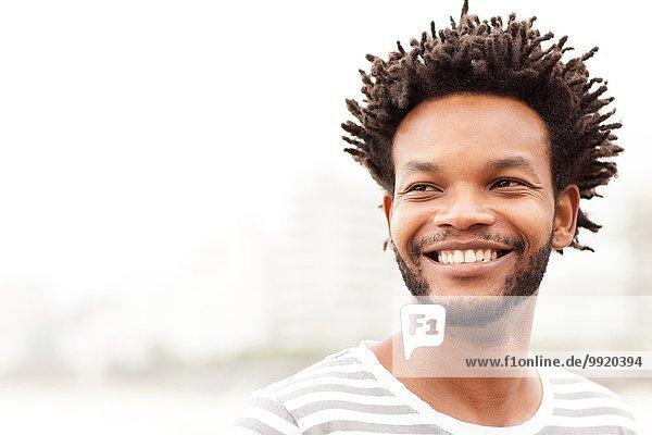 Porträt eines erwachsenen Mannes am Strand von Ipanema  Rio De Janeiro  Brasilien