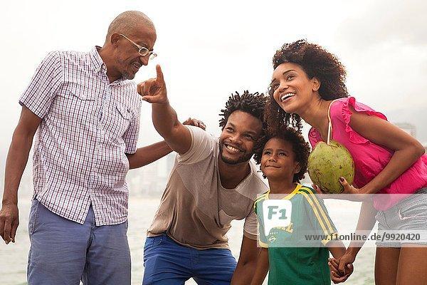 Großvater und Familie schauen vom Strand von Ipanema  Rio De Janeiro  Brasilien auf