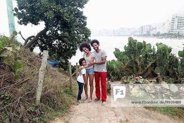 Porträt von Ehepaar und Sohn am Strand von Ipanema  Rio De Janeiro  Brasilien