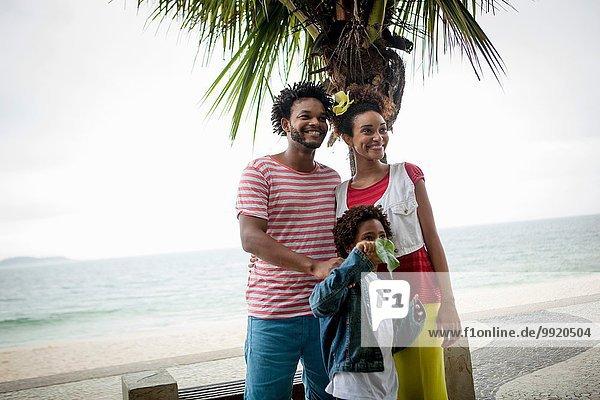 Paar und Sohn am Strand von Ipanema  Rio De Janeiro  Brasilien