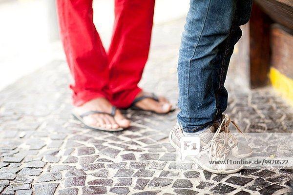 Füße des Vaters und des auf Zehenspitzen gehenden Sohnes an der Strandbar  Ipanema Beach  Rio De Janeiro  Brasilien