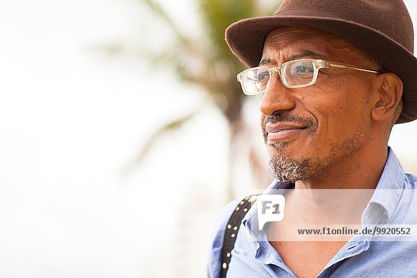 Porträt eines reifen Mannes mit Trilby am Strand von Ipanema  Rio De Janeiro  Brasilien