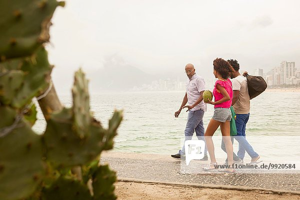 Vierköpfige Familie am Strand von Ipanema  Rio De Janeiro  Brasilien