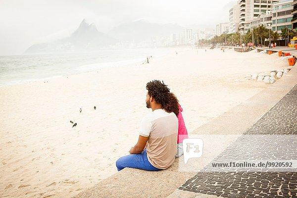 Paar sitzend am Strand von Ipanema  Rio De Janeiro  Brasilien