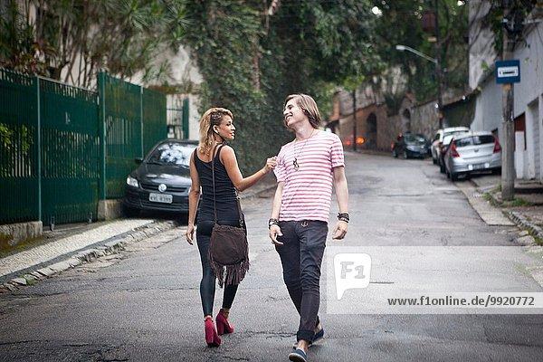 Junges Paar flirtet auf der Vorstadtstraße