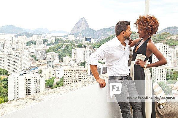 Paar auf der Terrasse  Zuckerhut im Hintergrund  Rio  Brasilien