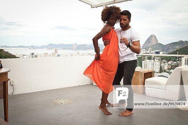 Paartanz auf der Terrasse  Zuckerhut im Hintergrund  Rio  Brasilien