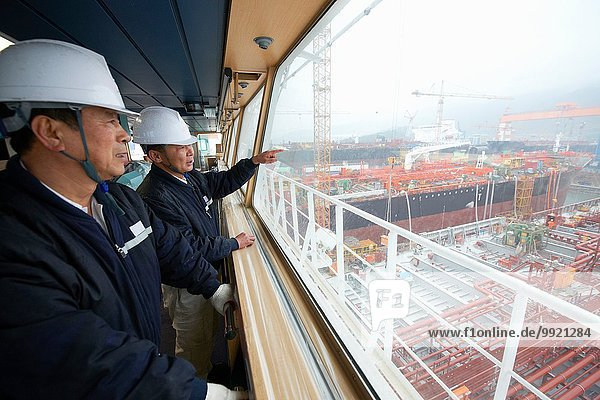 Arbeiter diskutieren über den Seehafen  GoSeong-gun  Südkorea