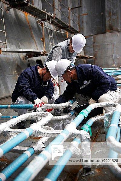 Arbeiter bei der Überprüfung der Verrohrung von Containerschiffen auf der Werft  GoSeong-gun  Südkorea