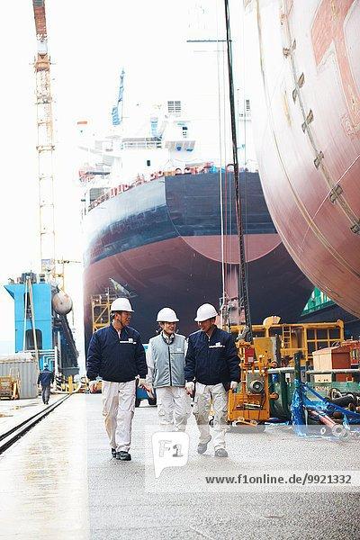 Arbeiter gehen durch die Werft  GoSeong-gun  Südkorea