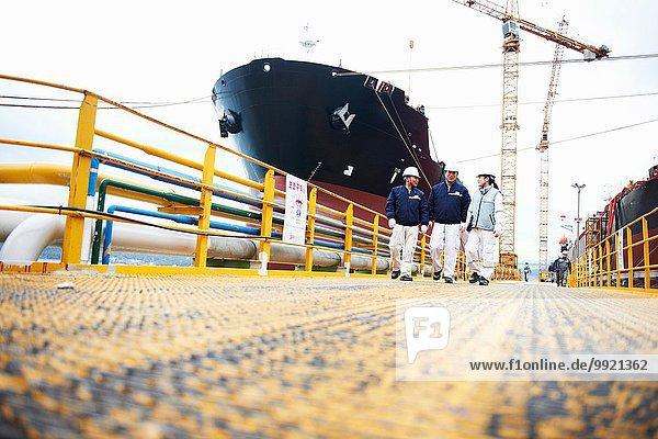 Drei Arbeiter im Verschiffungshafen  Tiefblick  GoSeong-gun  Südkorea