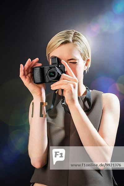 Junge Frau fotografiert mit der Kamera